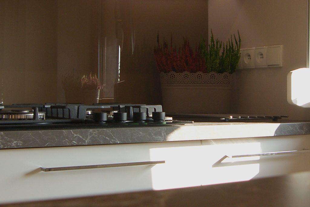 Płyta gazowa w meblach kuchennych. Blat imitujący drewno