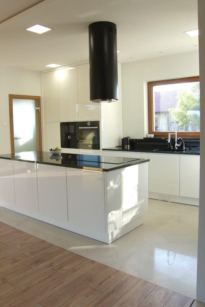 białe meble kuchenne Konin wyspą i oddzielną podłogą